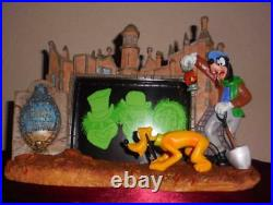 Disney Haunted Mansion Gravedigger Goofy picture frame statue Hitchhiking ghost